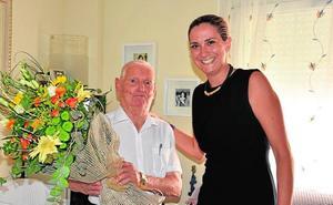 La alcaldesa de Archena felicita a un vecino por su centenario