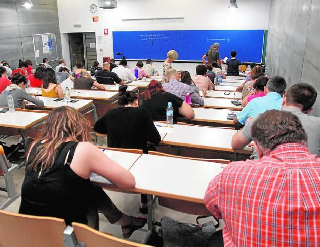 Opositores examinándose en una de las aulas de la UPCT, en Cartagena. / pablo sánchez / agm
