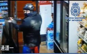Detenido tras atracar en dos tiendas de alimentación de Murcia disfrazado de Superman