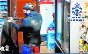 A prisión por atracar tiendas de chinos con escopeta y vestido de Superman