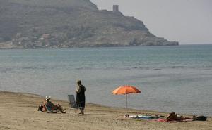 Tres playas corren el riesgo de perder sus banderas azules por fallos en el plan de socorrismo