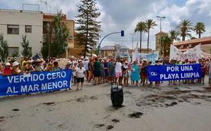 Los vecinos de la zona sur del Mar Menor vuelven a exigir «una playa limpia»