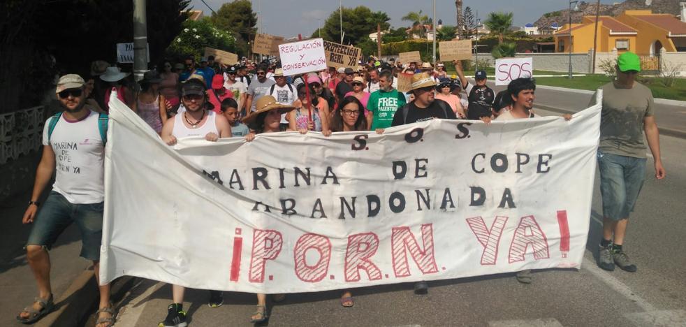 Agricultores y ecologistas escenifican su enfrentamiento por Marina de Cope