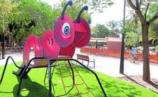 El parque infantil reabrirá en septiembre con juegos inclusivos y césped artificial