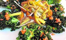 Ensalada de kale y tomates tigre