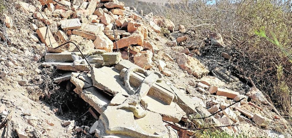 Escombros, plásticos y vidrio llenan los arcenes de la carretera del faro