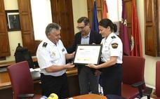 La UMU entrega un diploma a la Policía Nacional por enseñar a los alumnos cómo se resuelve un crimen