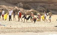Guantes y bolsas contra los desperdicios de la playa
