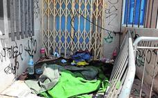 El deterioro convierte el ambulatorio de Lo Pagán en un cobijo de indigentes