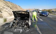 Arde un coche en la salida de El Chorrico