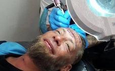 Pagan cien euros a un mendigo polaco en Benidorm por dejarse tatuarse una dirección