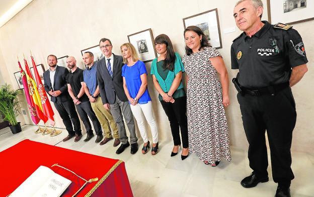 Los nuevos policías locales de Murcia flanquean a Ballesta tras jurar la Constitución. / edu botella / agm