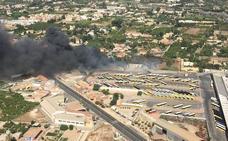Los bomberos impiden que un incendio llegue a las cocheras de Latbus en la carretera de El Palmar