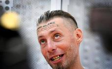 El indigente al que pagaron por tatuarle la frente denuncia los hechos