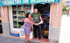 Vecinos de San Cristóbal reparten octavillas con normas de convivencia en varios idiomas