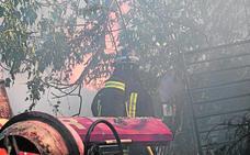 Un fuego cerca del garaje de Latbus