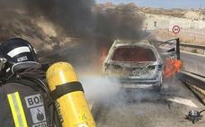 Arde un coche en la A-7 a su paso por Lorca