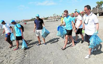 Estudiantes voluntarios lavan la cara al Mar Menor