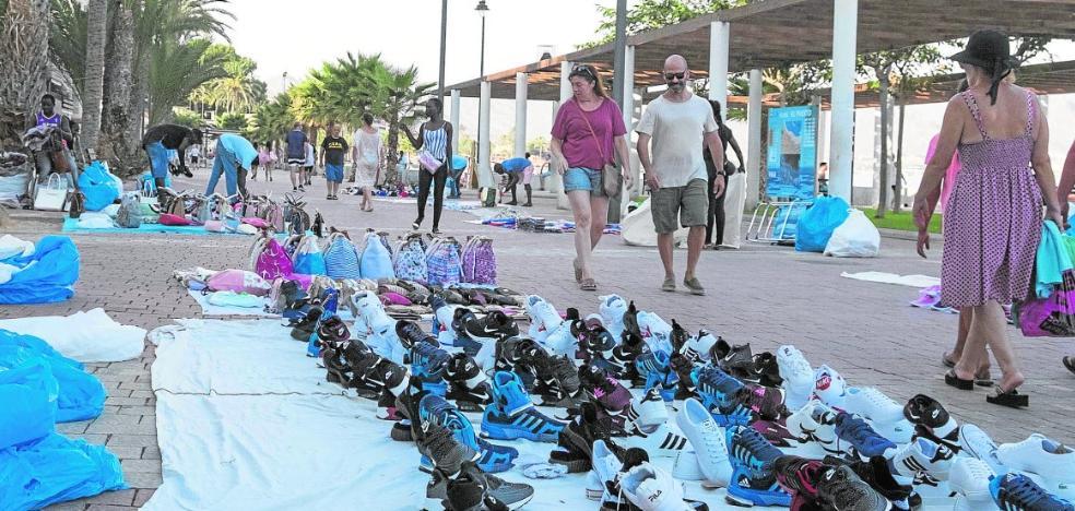 Los comercios costeros dejan de ingresar «miles de euros al día» por los 'manteros'