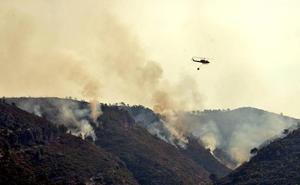 Un helicóptero de Caravaca se une a la lucha contra el fuego en Valencia