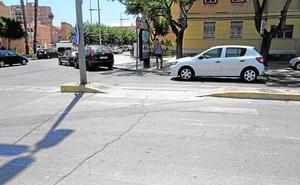 La falta de mantenimiento de los pasos de peatones aumenta el riesgo de atropellos en Cartagena