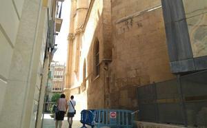 Huermur denuncia el desprendimiento de cascotes de una fachada de la Catedral