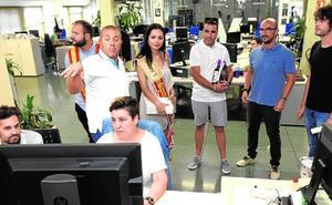 Los festeros de Jumilla visitan la redacción de 'La Verdad'