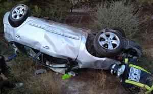 Rescatan a dos heridos que quedaron atrapados en su coche tras dar varias vueltas de campana en Lorca