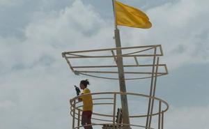Una bandera roja y 18 amarillas en las playas de la Región