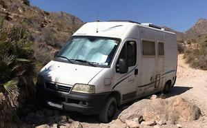 Rescatan a un conductor que atascó su autocaravana en un camino de Mazarrón