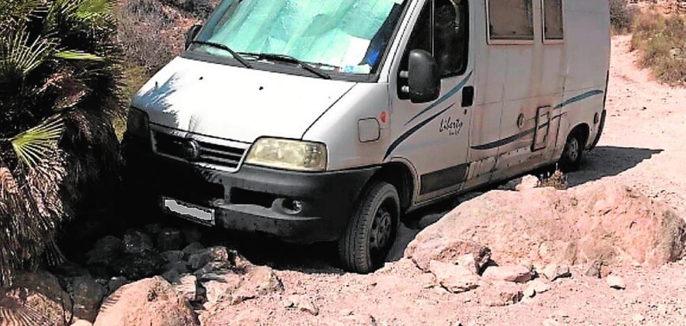 Rescatan al conductor de una caravana bloqueada en la rambla del Picacho