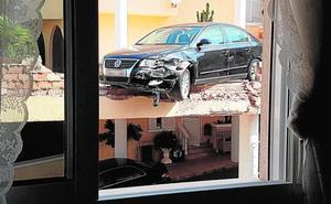 Un automovil se empotra contra un muro en La Manga