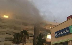 Atienden a una mujer que inhaló humo en el incendio de un edificio de Águilas