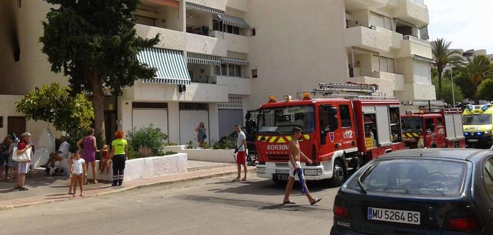 Un herido en el incendio por segundo día consecutivo del mismo edificio en Águilas