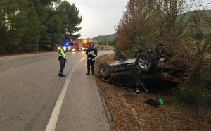 Dos heridos al volcar su coche en Moratalla
