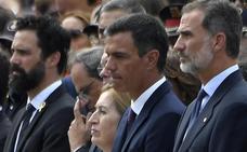 Los aplausos y 'vivas' al Rey contrarrestan las pancartas de los independentistas en Barcelona
