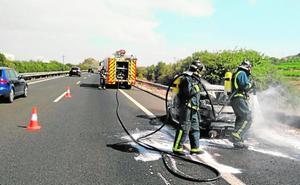 Un incendio calcina un coche en la autovía A-30