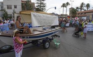 Casi 300 vecinos cortan la carretera de Los Urrutias para exigir «unas playas limpias»