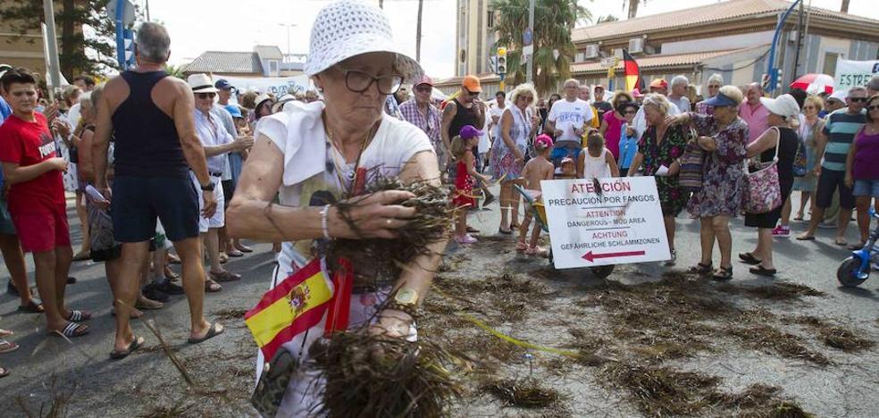 Los Urrutias clama por una «playa limpia»