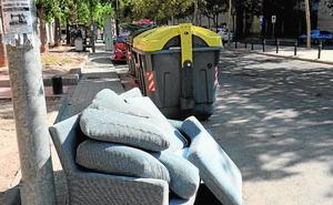 La Policía Local de Murcia se empleará a fondo contra el abandono de enseres en la calle