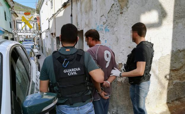 Agentes de la Guardia Civil escoltan a uno de los hermanos detenidos en Cieza./Guardia Civil