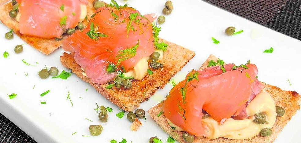 Tosta de humus con mahonesa y salmón