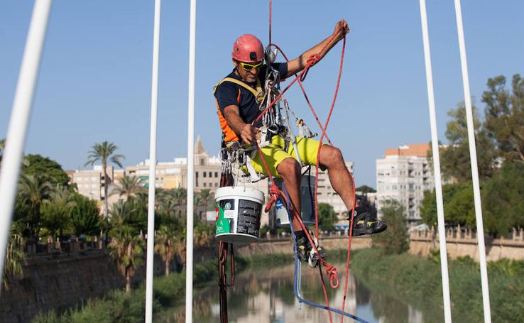El alpinista Ignacio Castaño limpia los arcos de los puentes de Murcia