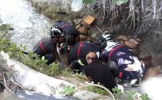 Rescatan a un hombre atrapado bajo una roca en un cauce de agua en Cieza