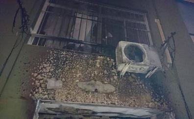 Rescatan en Málaga a una familia que se resguardaba de un incendio en la bañera de su casa