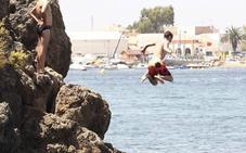 Un joven sufre diversos traumatismos tras lanzarse al mar desde unas rocas en Mazarrón