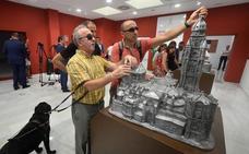 Dos maquetas permiten a las personas invidentes conocer la Catedral y la Fuensanta