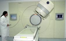 La Comunidad invertirá 6,3 millones de euros para mejorar la radioterapia a enfermos de cáncer en la Arrixaca y el Rosell
