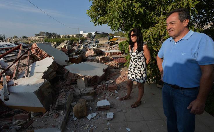 Una pala derriba una casa en el solar del futuro Centro Logístico de Limusa