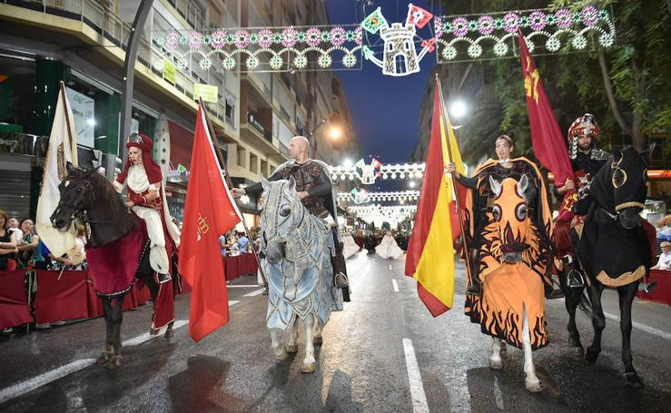 El desfile de Moros y Cristianos desafía a la lluvia en Murcia